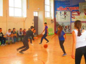 баскетбол между юношами и девушками