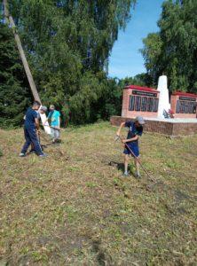 волонтёры у обелиска