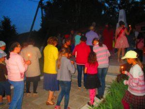 установление свечей у обелиска