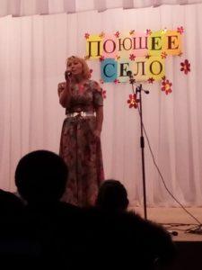 поёт воспитатель дошкольного отделения