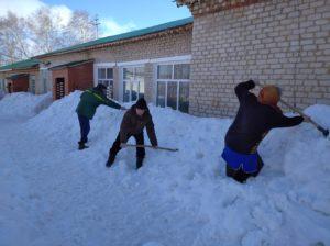 разбрасываем снег