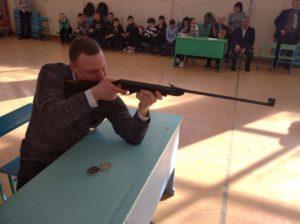стреляет Цуканов
