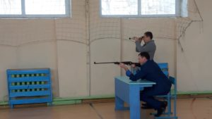стреляет директор школы